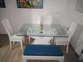 Vendo juego d comedor en  material prana blanco con azul, en muy buen estado,viene con espejo d pared.