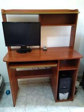 Computador de escritorio con mueble