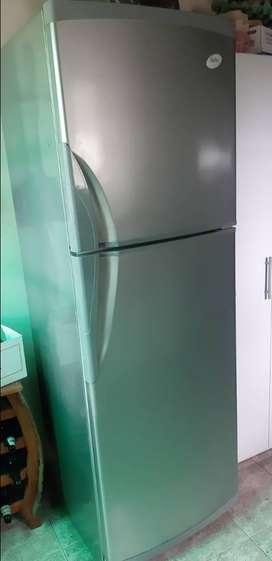 Heladera con freezer Gafa, de 360 litros de capacidad usada