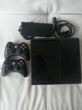 Xbox 360 (2014) + 2 controles + 4 juegos