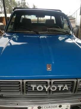 Una camioneta Toyota modelo 95 a gasolina