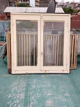 Ventana usada de cedro pintado de abrir - 144 x 144 cm con celosía y mosquitero
