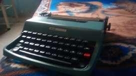 Maquina de escribir OLIVETTI Letera 32 + Estuche