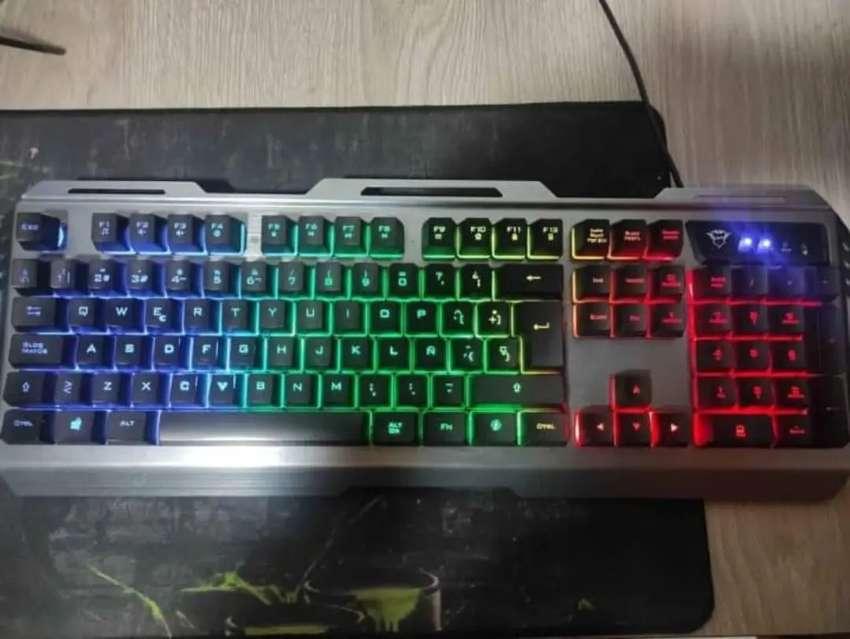 Se vende o se cambia combo teclado y mouse gamer