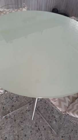 mesa de vidiro y acero inoxidable y 4 sillas bertoia