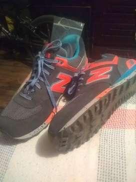 Se vende.zapatos de marca. NB( new balance ).originally y nuevos.talla 10.5 color plomos con naranja y celeste  con cord