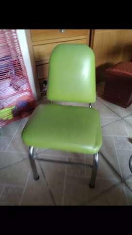 Sillas de peluqueria y 3 cuadros en 90 las dos sillas y en 50 los cuadros