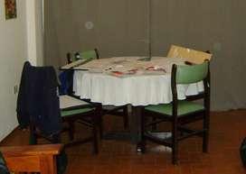 Liquidación de mesa extensible de madera y 6 sillas