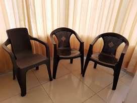 3 sillas de plástico color marrón