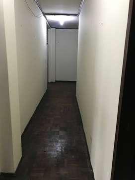 Venta departamento bien ubicado en Centro de Guayaquil, calle Boyacá, edificio con ascensor.