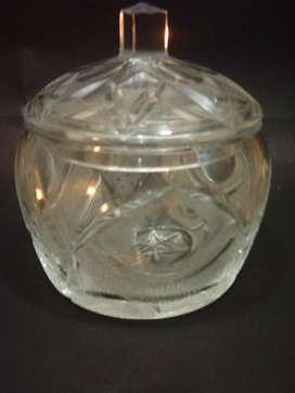 Caramelera o Bombonera antigua de cristal tallado con tapa