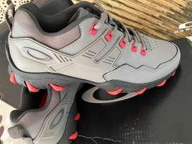 Zapatos Oakley Titanium Talla US 8.5 Nuevos y Originales