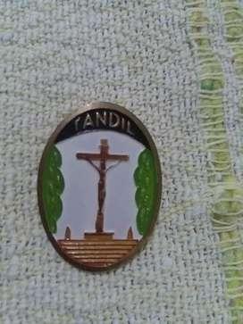 Hermoso pin prendedor Cristo de Tandil . Recuerdo turístico 1970s