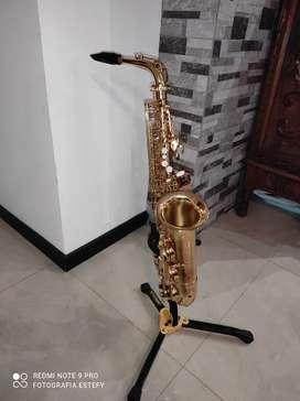 Saxofón Alto Prestini y Pedestal