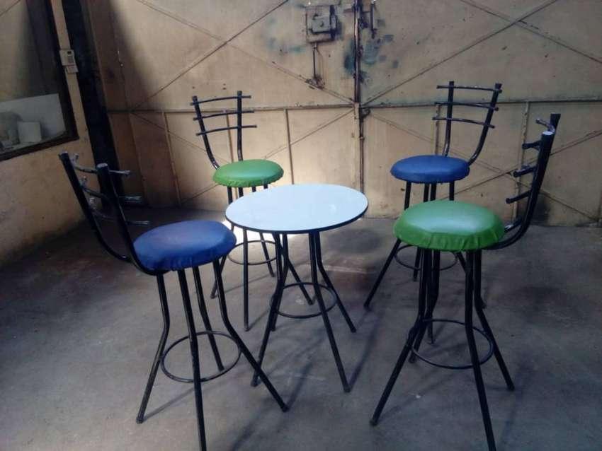 Juego de 4 asientos con almohadilla para bar y mesa metálica 0