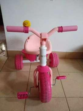 Triciclo color rosa así como está en la foto