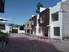 REB, Venta Casa VIP, 110m2, 3 Dormitorios con patio y terraza en 2 plantas, Valle De Los Chillos, sector Fajardo