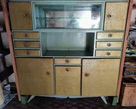 cristalero de chapa con estante de vidrio  ancho: 1,57m  alto: 1,63m  profundidad: 40cm