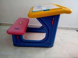 se vende escritorio plástico para niños
