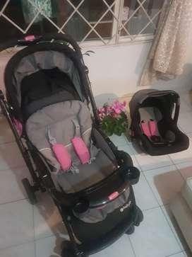 Coche con silla paseadora para bebé