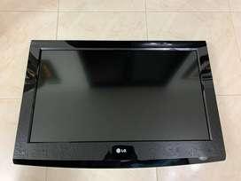Se vende televisor LG 32 pulgadas LED con un daño en la pantalla pero enciende
