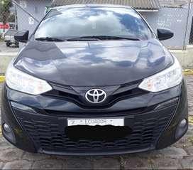Toyota Yaris 1029, color negro