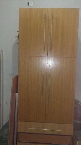 Armario de madera, ropero con estantes y cajones