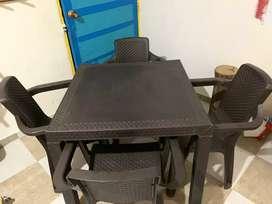 mesa y sillan en ratan