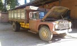 Camión Ford 600 V8 con volquete y GNC