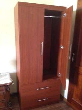 Ropero con puertas y gavetas.