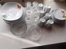 Plata primero plato segundo plato de postre y taza con plato vasos copa cartelera de cine