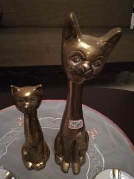 En bronce par de gatos
