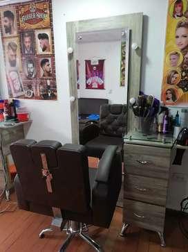 Sillas para barbería con espejo y mueble.