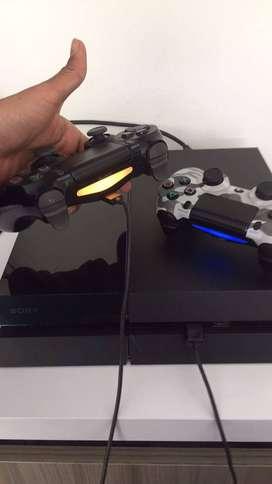 PlayStation 4 Fat 500 GB con 2 controles. (NEGOCIABLE)