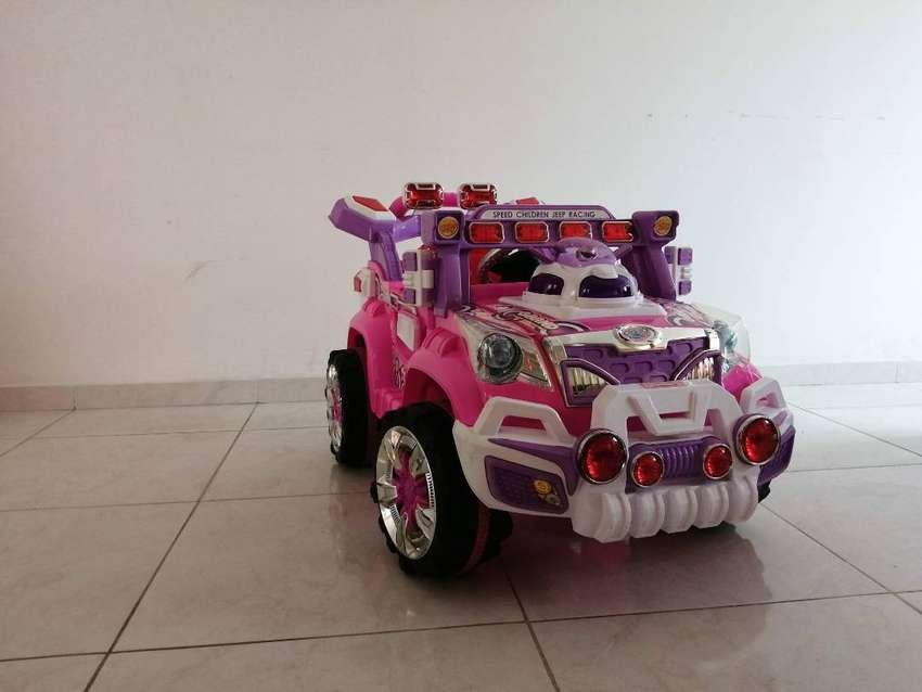 Vendo carro eléctrico grande para niña rosado cómo nuevo. 0