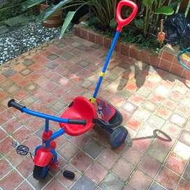 Triciclo rojo para niños