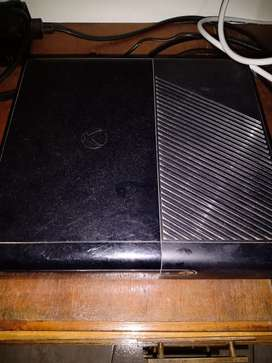 VENDO XBOX 360 COMO NUEVA. ANDA PERDECTO CON FOS JOSTICK Y 5 JUEGOS EN CONSOLA Y UNO FISICO