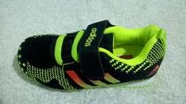 Zapatilla de Niño Adidas de Color Negro/Verde Remate