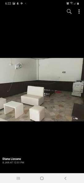 Se vende juego de puff color blanco de 4 puestos y mesa de centro