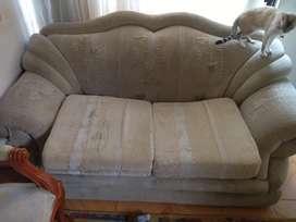 Se vende 3 sillas isabelina con mueble muy cómodo, todo en perfecto estado