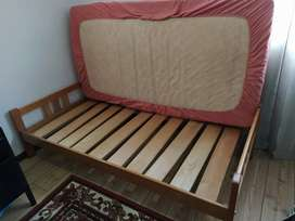 Remato cama sencilla con tablas en madera de pino (no incluye colchón)
