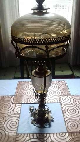Antigua lämpara en bronce y cristal viselado