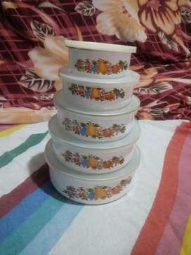 Recipientes con tapa esmaltados y decorados prácticos para almacenar alimentos
