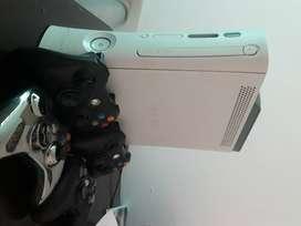 Xbox 360 500 GB 4 controles, 84 juegos