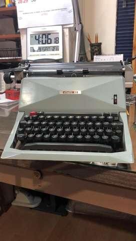 Maquina de escribir olivetti 82