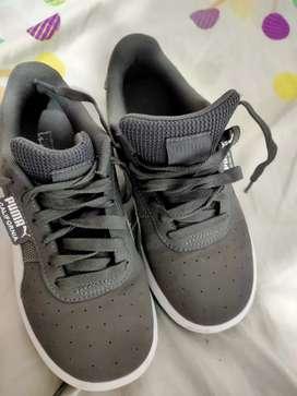 Se venden zapatos puma California en excelente estado, para niños talla 33
