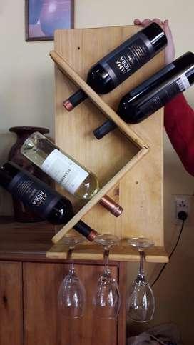Porta vinos y copas.