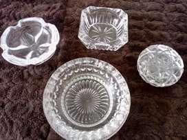 Tres ceniceros y una bombonera en cristal