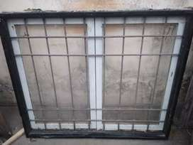 Ventana de chapa con marco de chapa y rejas reforzadas