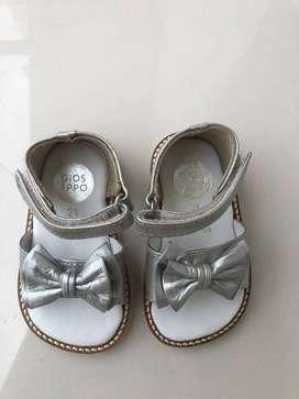 Sandalias plateadas nuevas. Buen precio. Bonitas